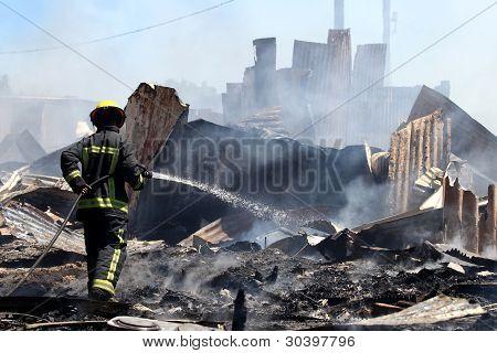 Manguera de bombero queda de casa cabaña
