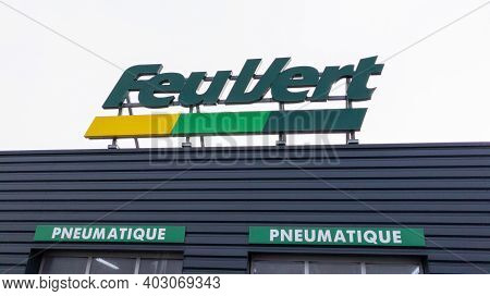 Bordeaux , Aquitaine  France - 01 10 2021 : Feu Vert Logo Brand And Text Sign French Automotive Repa
