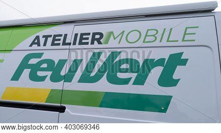 Bordeaux , Aquitaine  France - 01 10 2021 : Feu Vert Atelier Mobile Shop Logo And Text Sign Of Frenc