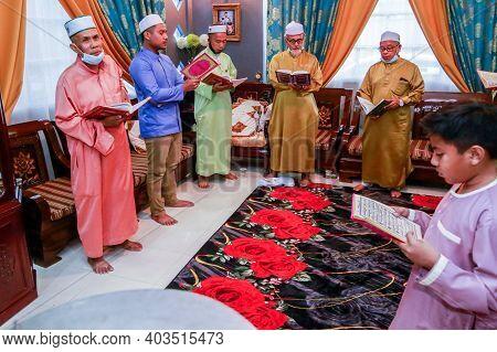 Labuan,malaysia-aug 22,2020:malaysian Muslim Performing Quran Recitation For Aqiqah Ceremony In Labu