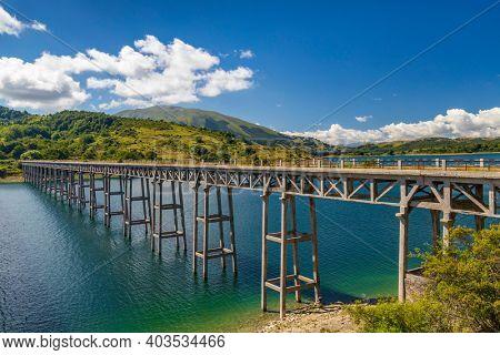 Bridge Ponte delle Stecche, Lago di Campotosto in National Park Gran Sasso e Monti della Laga, Abruzzo region, Italy