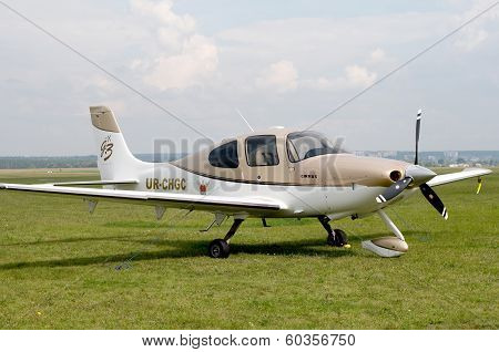 Airplane Cirrus SR22.
