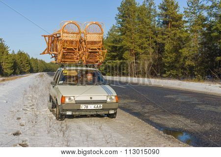 Ukrainian craftsman conveys his wicker-work on a roof of own automobile