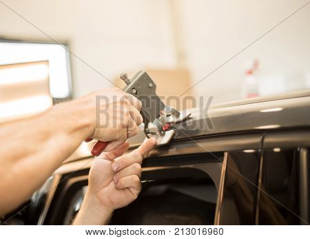 Professionel is repairing dents in a car