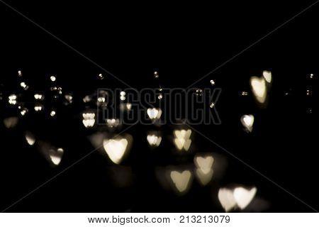 Bokeh em formato de coração fundo preto
