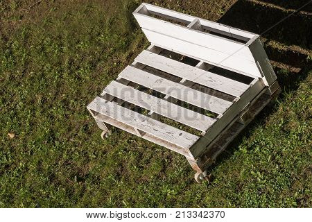 white garden bench in europallets with castors - Upcycling garden furniture