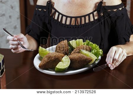 Fried kibble with lemon, quibe