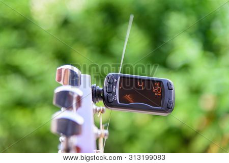 Use Metronome Function In Digital Guitar Tuner For Practice Guitar