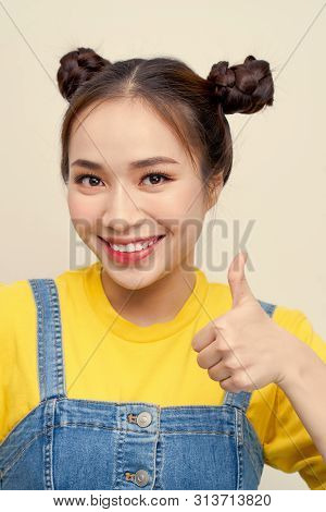 Close Up Photo Beautiful Amazing She Her Lady Two Buns Shocked Cool Show Thumb Finger Wear Jeans Dun