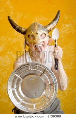 Verrückter alter Mann In einem Wikinger-Helm