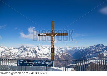 Zermatt, Switzerland - April 13, 2017: The Crucifix On Top Of Mountain Klein Matterhorn With Snow Ca