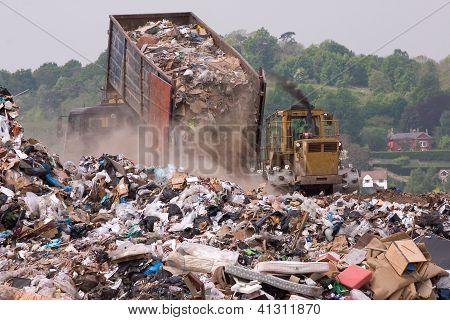 Garbabge caminhão e trator em um aterro sanitário