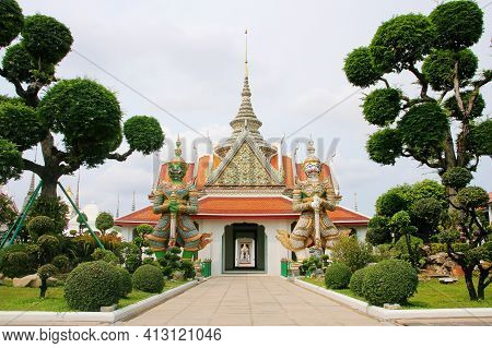 The Giant Wat Chaeng The White Giant Named Sahasadecha And The Green Giant Named Tossakan (ravana) S