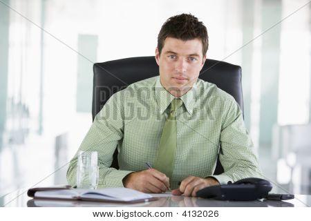 Sentado en la oficina con la agenda del empresario