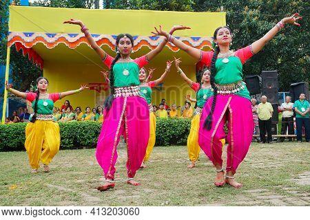 Kolkata, West Bengal, India - 9th March 2020 : Smiling Young Bengali Girl Dancers Dressed In Colorfu