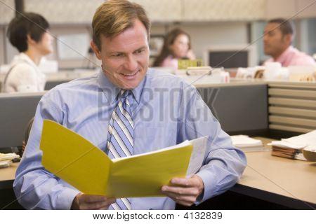 Uomo d'affari In cabina con cartella sorridente