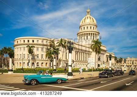October 28, 2019: Vintage Car And National Capitol Building, A Public Edifice And One Of The Most Vi
