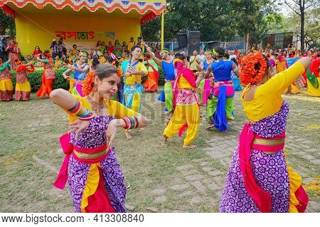 Kolkata, West Bengal, India - 9th March 2020 : Group Dancing Of Bengali Girls Dressed In Colorful In