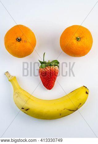 Caras Felices Y Tristes Hechas Con Diferentes Piezas De Fruta, Como Platanos, Naranjas Y Fresas
