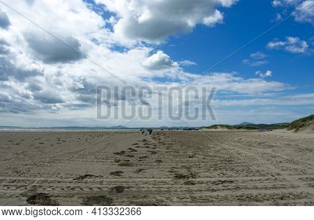 Black Rock Sands, Pothmadog, Wales.  Dramatic Sky Over Broad Deserted Sands On A Summers Day. Distan