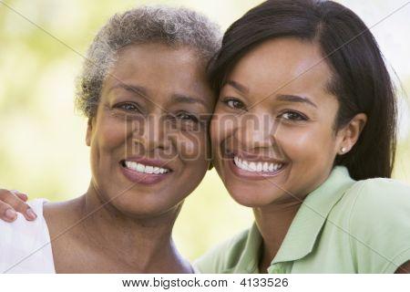 zwei Frauen lächelnd outdoors
