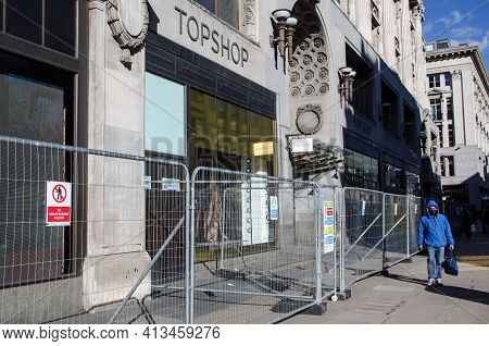 London, Uk - February 26, 2021:  Barriers Outside The Former Flagship Branch Of Top Shop In Oxford C
