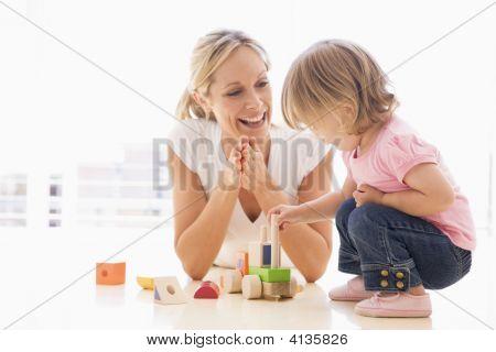 母と娘の屋内プレイと笑みを浮かべて