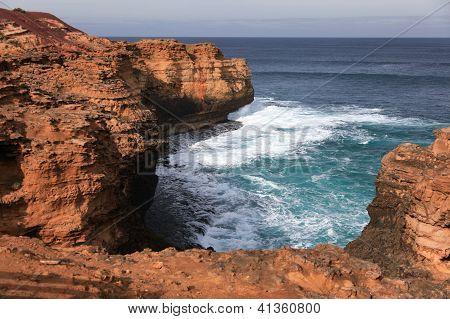 Clift und starke Wellen entlang der großen Ocean Road, Australien