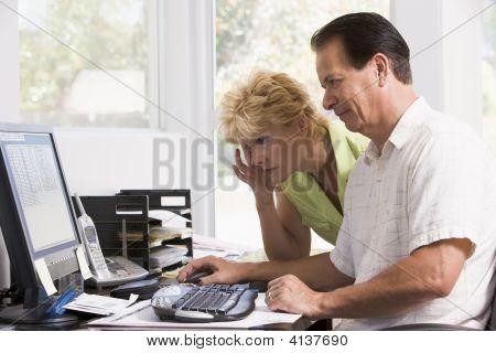 Paare im Büro zu Hause am Computer Stirnrunzeln