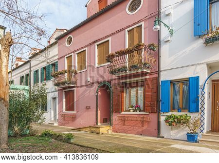 Venice, Italy - February 2020. Traditional Houses And Courtyards Of Old Venice. Old Buildings Painte