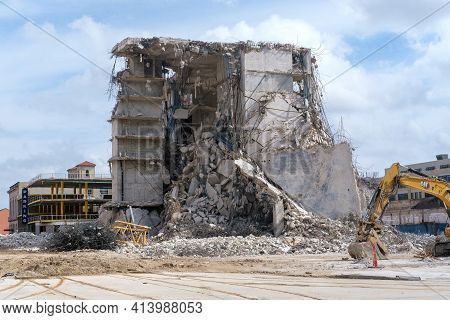 New Orleans, La - February 28: Remains Of Collapsed Hard Rock Hotel With Parking Garage And Excavato