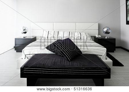 Innenarchitektur: Schlafzimmer mit großen leere Wand