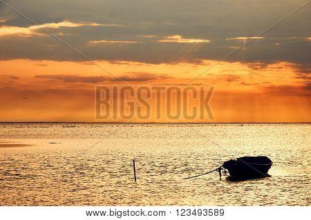 Bellissimo paesaggio marino con una barca ancorata fotografato all'alba in Camargue