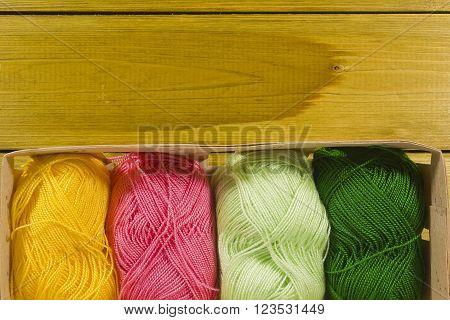 Set for knitting yarn in a basket