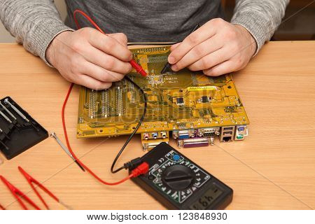 Master Is Looking For The Fault Of The Motherboard With A Multimeter.