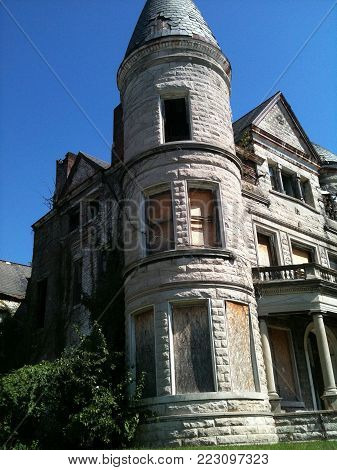Huge beautiful abadon vintage house left view of rounded corner in downtown Louisville, KY