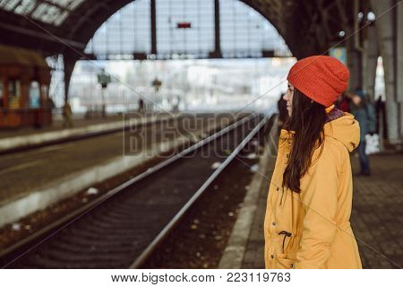 woman wiating for train on railway station photo in profile