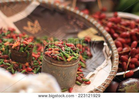 Detalhes de um mercado Cabo Verdiano. Pimenta vermelha orgânica.