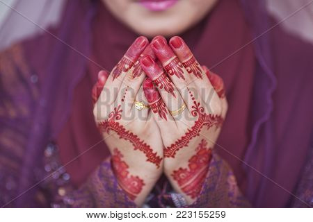 Henna and wedding ring on bride hand, pray for doa session