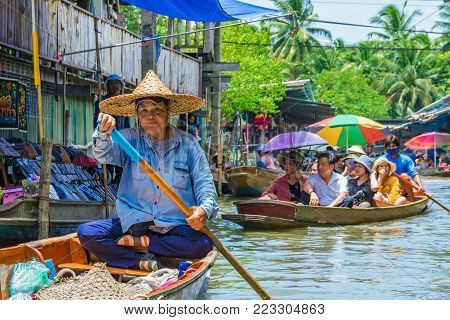 RATCHABURI, THAILAND - AUGUST 14: Boats in Damnoen Saduak floating market which is a famous floating market on August 14, 2017 in Ratchaburi