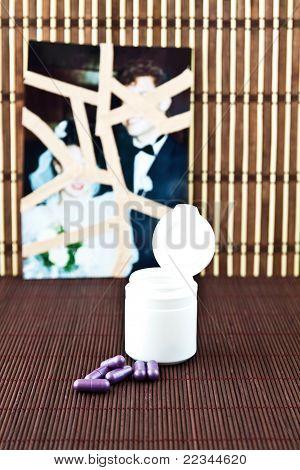 Verpackungen und lila Kapseln