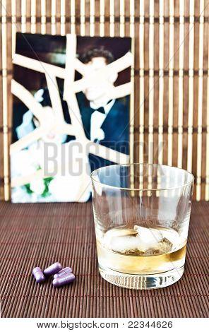 Glas Alkohol und Pillen
