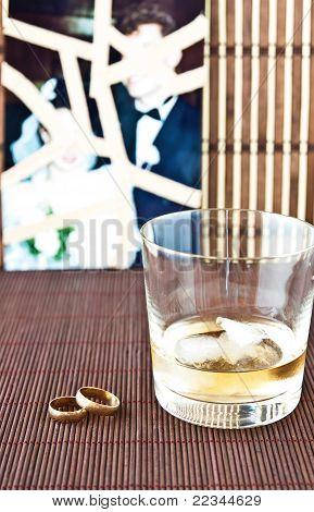 Glas Alkohol und Hochzeit Ringe