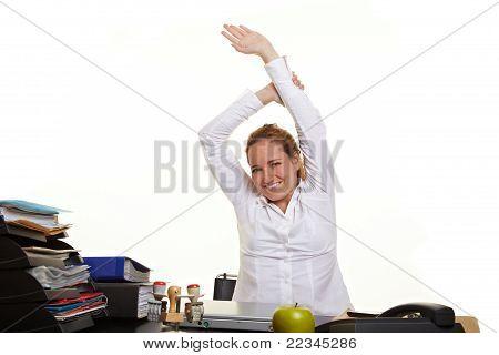 Geschäftsfrau lockern bei der Arbeit