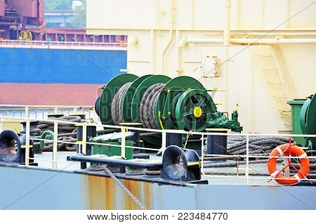 Mooring winch mechanism with hawser on ship deck