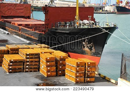 Bulk carrier and rolled metal on port pier