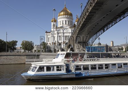 MOSCOW, RUSSIA: CATHEDRAL OF CHRIST THE SAVIOUR RIVER BOAT, 30TH SEPTEMBER 2005, MOSCOW RUSSIA