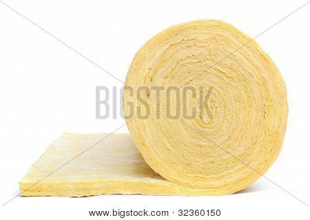 Rolo de material de isolamento de fibra de vidro isolado no fundo branco