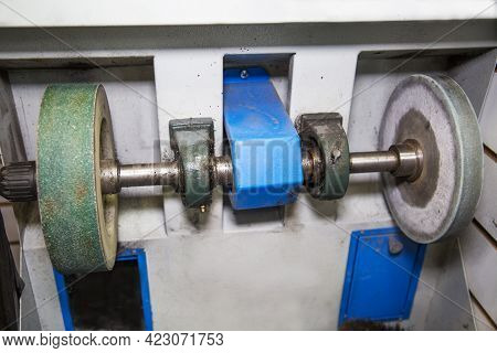 The Machine Is Electric In The Form Of A Shaft With Abrasive Discs For Processing The Sharpening Of