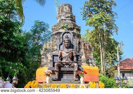Chiang Rai, Thailand : 01-01-2020 : Statue Of King Mangrai Monument Sitting On The Throne In Wat Doi